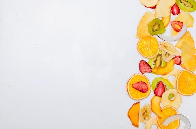 Suszone owoce na białym tle