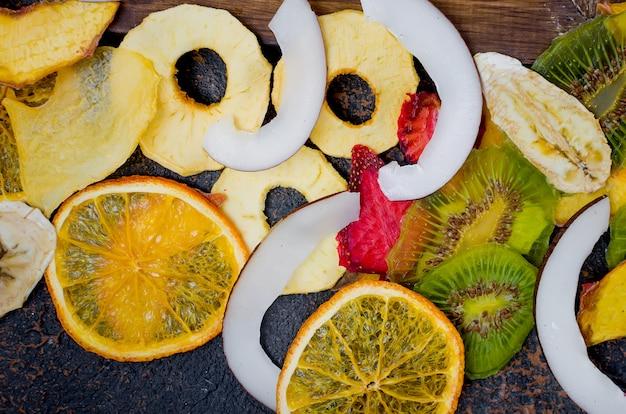 Suszone owoce na ciemnym tle