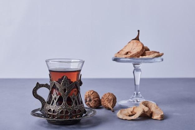 Suszone owoce podawane z filiżanką herbaty earl grey.