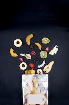 Suszone owoce rozrzucone na czarno