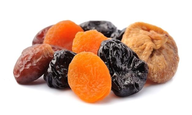 Suszone owoce. śliwki, morele, figi i daktyle.
