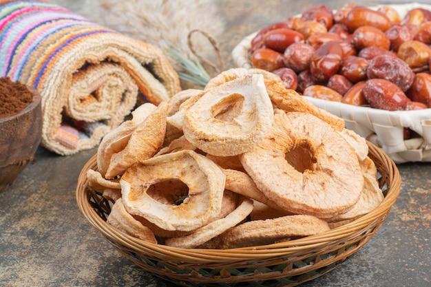 Suszone owoce w drewnianej misce na marmurowym tle.zdjęcie wysokiej jakości