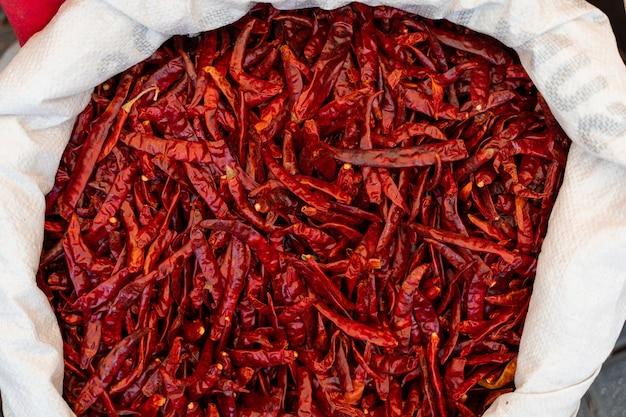 Suszone papryczki chili w torbie na rynku tureckim. ostra czerwona papryka.