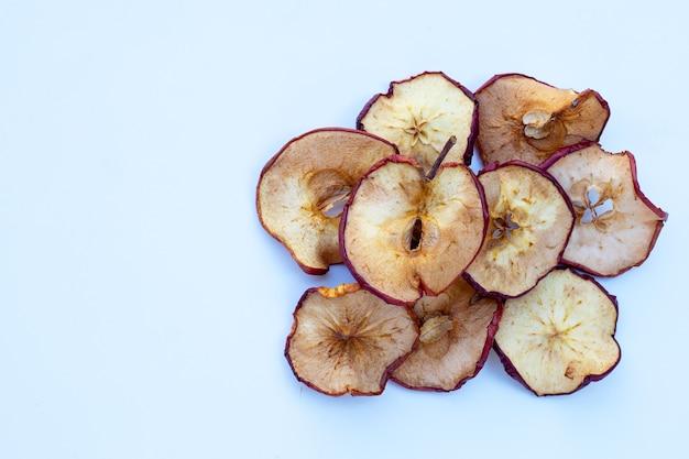 Suszone plasterki jabłka na białym tle