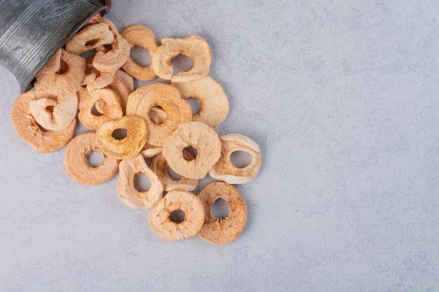 Suszone plasterki jabłka z metalowego garnka.