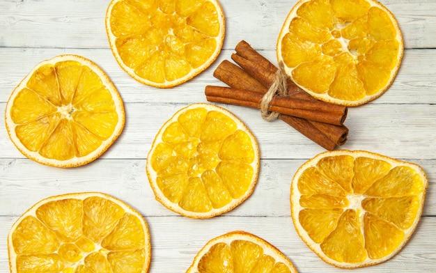 Suszone plastry pomarańczy i laski cynamonu
