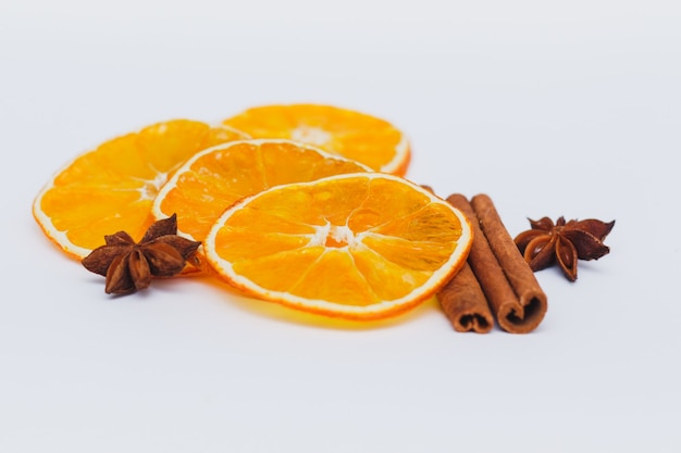 Suszone plastry pomarańczy z przyprawami. zestaw przypraw do gotowania grzanego wina