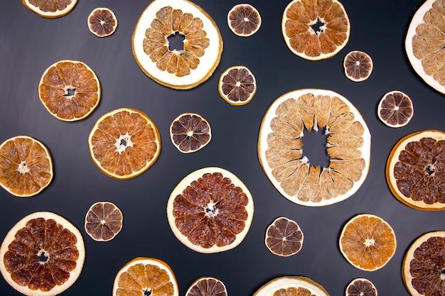 Suszone plastry różnych owoców cytrusowych. witaminowe owoce cytrusowe dla zdrowej żywności