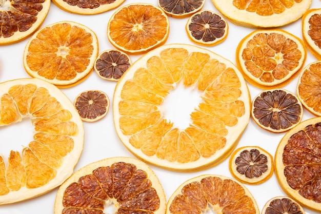 Suszone plastry różnych owoców cytrusowych. witaminy cytrusowe dla zdrowej żywności