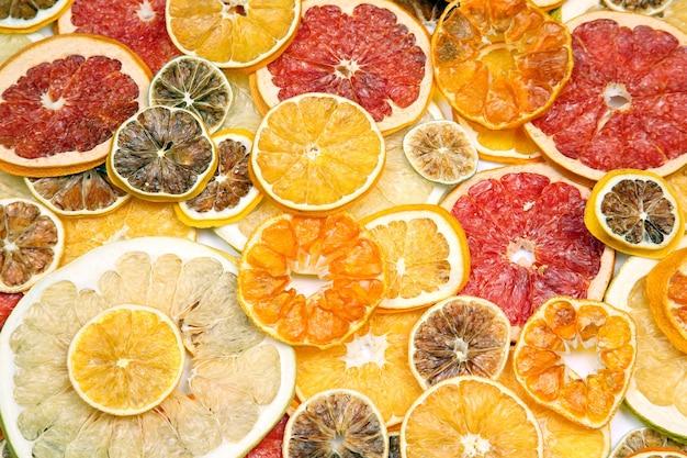 Suszone plastry różnych owoców cytrusowych