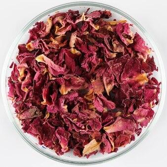 Suszone płatki róż na talerzu
