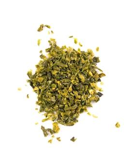 Suszone płatki zielonej papryki z nasionami na białym tle. posiekane jalapeno, habanero lub papryczka chilli. przyprawy i zioła. widok z góry.