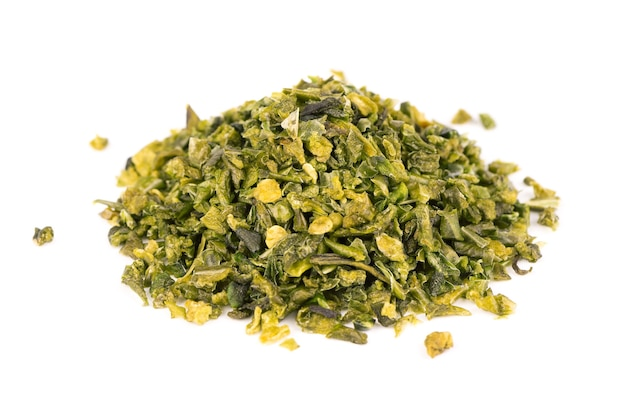 Suszone płatki zielonej papryki z nasionami na białym tle. posiekane jalapeno, habanero lub papryczka chilli. przyprawy i zioła.
