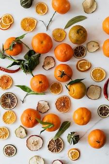 Suszone pomarańcze i klementynki na marmurowym blacie