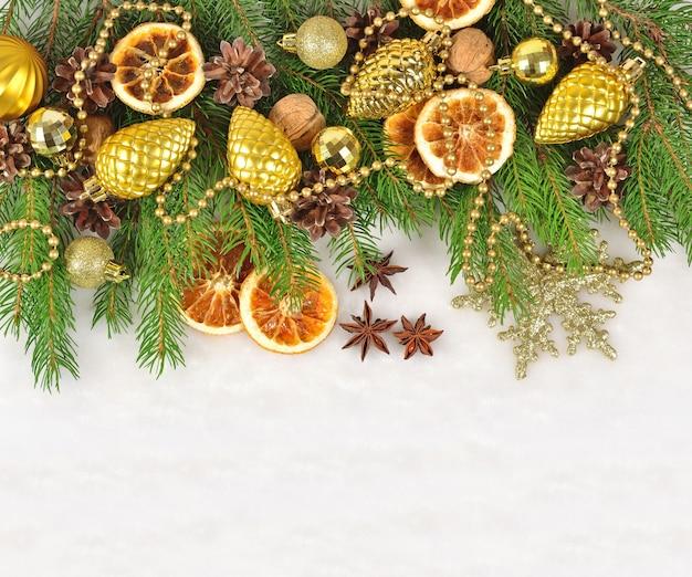 Suszone pomarańcze i szyszki ozdoby świąteczne i gałąź spuse na białym tle