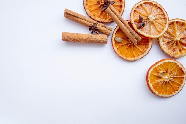 Suszone pomarańcze z cynamonem i anyżem
