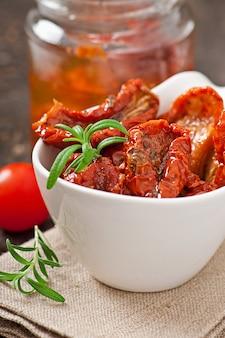 Suszone pomidory i rozmaryn