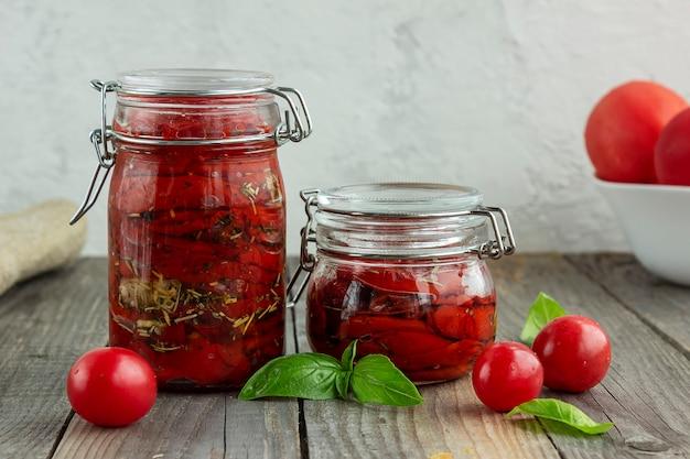 Suszone pomidory w słoiku w przyprawionym oleju.