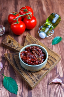 Suszone pomidory z oliwą z oliwek.