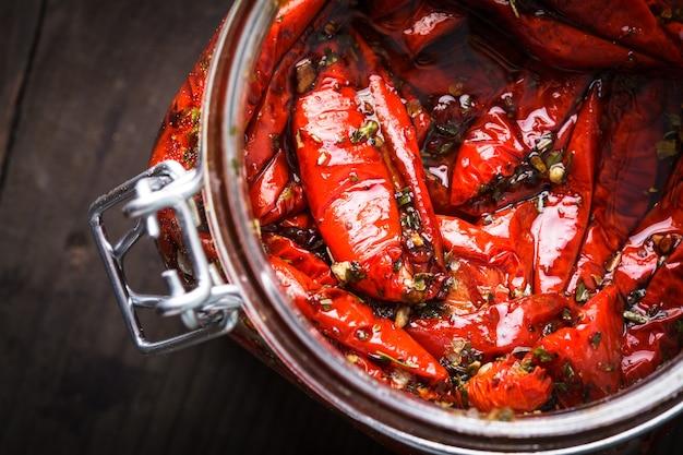 Suszone pomidory z ziołami i oliwą w słoiku
