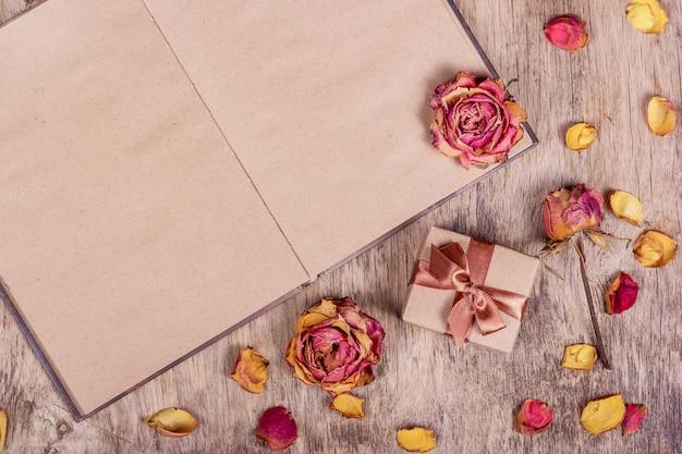 Suszone róże i otwarta książka