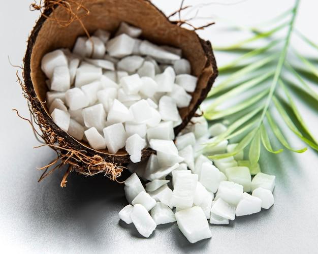 Suszone słodkie kostki kokosowe w misce na białej powierzchni