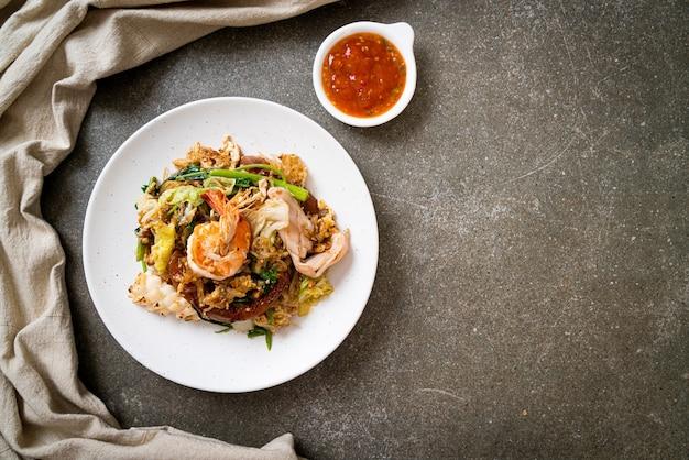 Suszone sukiyaki - smażony makaron z warzywami i owocami morza w sosie sukiyaki