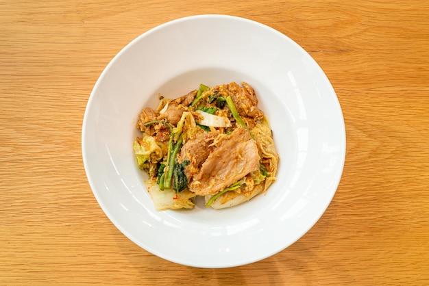Suszone sukiyaki - smażony makaron z warzywami i wieprzowiną w sosie sukiyaki