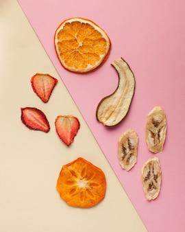 Suszone wiórki owocowe na kolorowej powierzchni