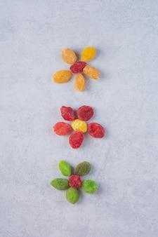 Suszone wiśnie i jagody multicolor na powierzchni betonu.