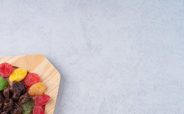 Suszone wiśnie multicolor i jagody na tle betonu.