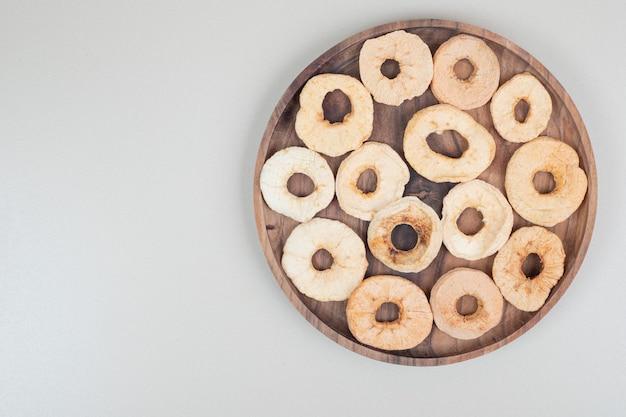 Suszone zdrowe jabłko na drewnianym talerzu