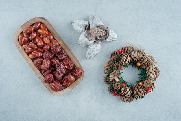 Suszone, zdrowe owoce z wieńcem bożonarodzeniowym. wysokiej jakości zdjęcie