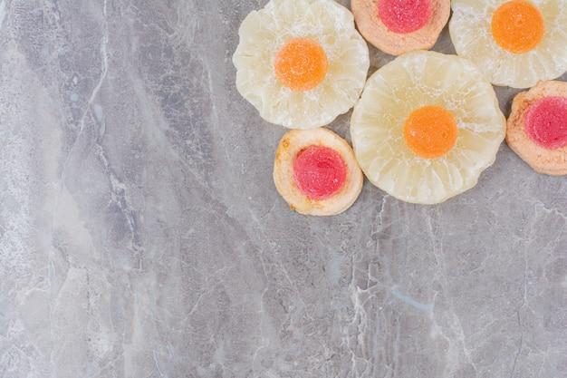 Suszone zdrowe owoce ze słodką marmoladą na marmurowym tle.