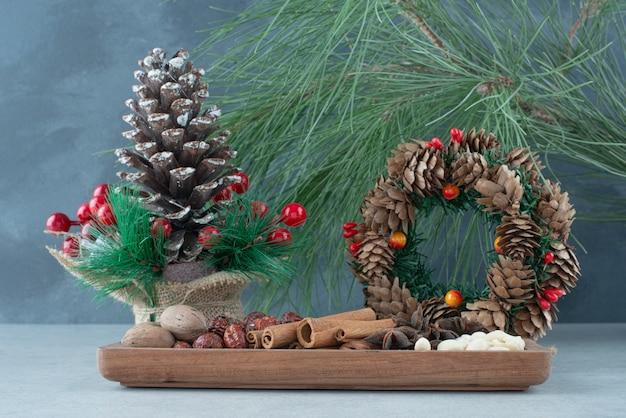 Suszone zdrowe owoce ze świątecznym wieńcem z szyszek. wysokiej jakości zdjęcie