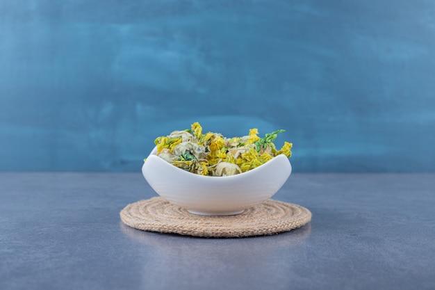 Suszone zdrowe zioła w białej misce
