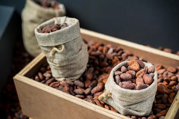 Suszone ziarna kokosowe w workach vintage z bliska. przetwarzane w odcieniach vintage.