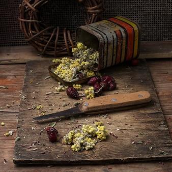 Suszone zioła dla tradycyjnej medycyny w stylu wiejskim.