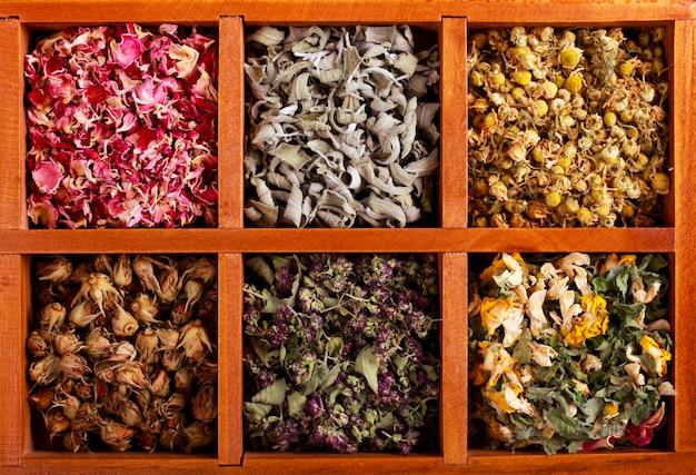 Suszone zioła i kwiaty w drewnianym pudełku,