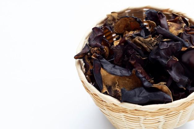 Suszony czarny grzyb na białym tle.