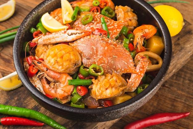 Suszony garnek z mieszanymi owocami morza, krab, uchowiec, krewetka