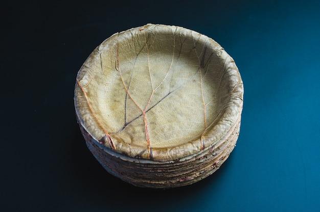 Suszony liść palmy lub nakrętka betelu i płyta danie jednorazowa zastawa stołowa, koncepcja środowiska zero odpadów, naturalne ekologiczne ekologiczne opakowania na żywność na czarnym tle.