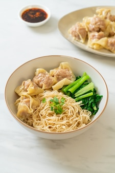Suszony makaron jajeczny z wontonem wieprzowym lub knedle wieprzowe bez zupy w stylu azjatyckim