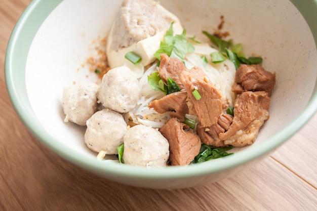 Suszony makaron z gotowaną wieprzowiną, klopsik wieprzowy i tofu oraz mięso wieprzowe w misce