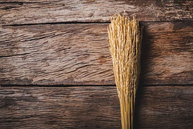 Suszony ryż bukiet z miejsca na kopię na tle starego drewna