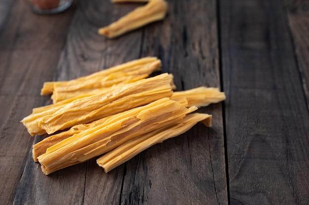 Suszony twaróg fasolowy lub suche tofu na drewnie