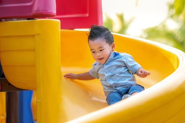 Suwak azjatycki chłopiec gry