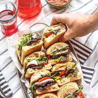 Suwaki z mozzarellą, letnie kanapki piknikowe