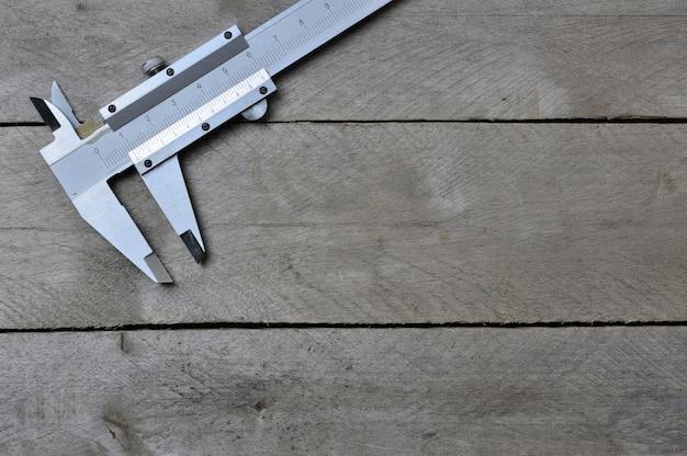 Suwmiarki na drewnianym stole. kopiuj przestrzeń