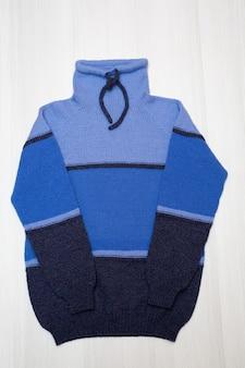 Sweter dziecięcy z dzianiny na białym tle
